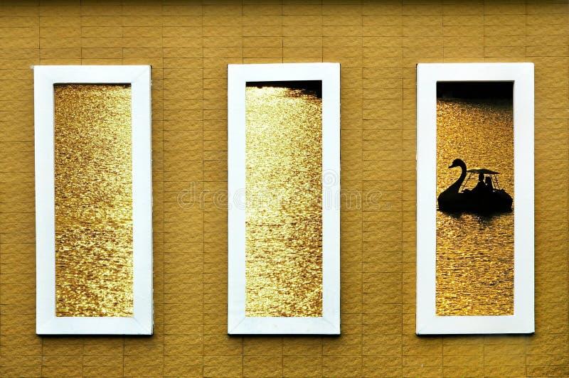 Конкретная оконная рама показывает изображение silllouette шлюпки лебедя a стоковые изображения rf