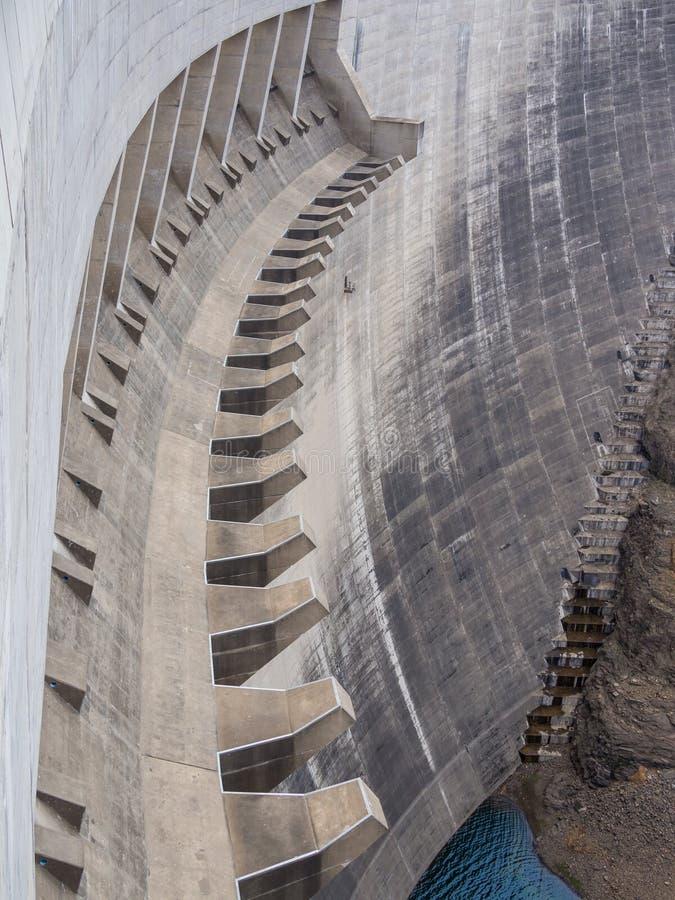 Конкретная стена запруды и переполнение впечатляющего Katse запруживают ГЭС в Лесото, Африке стоковое фото rf