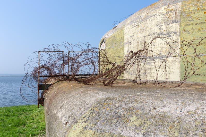 Конкретное укрытие WW2 с barbwire около Kornwerderzand на голландце Afsluitdijk стоковая фотография rf