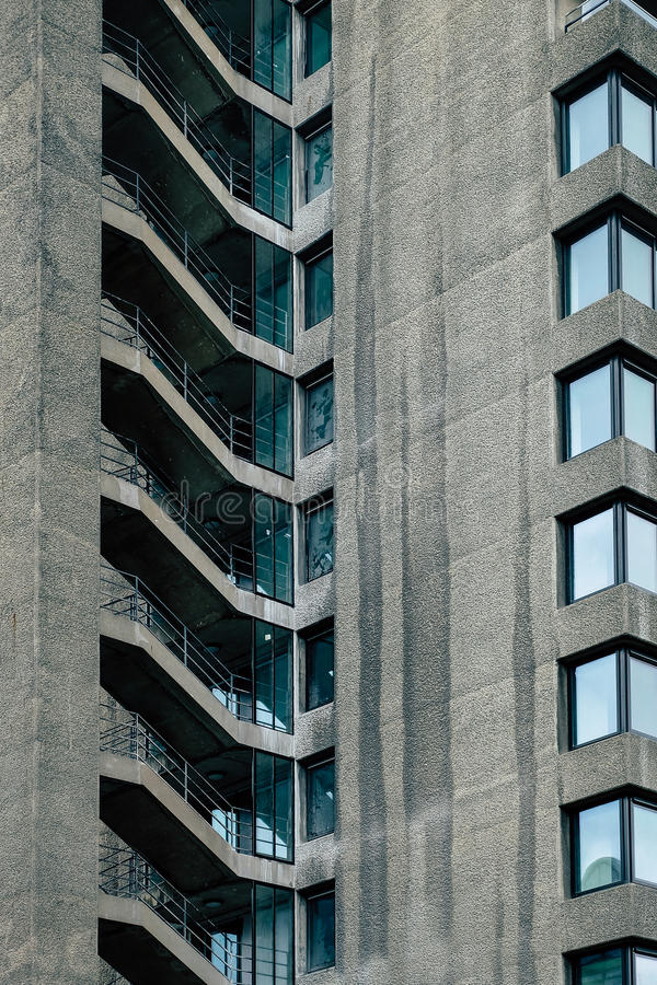 Конкретные архитектурноакустические шаги в район барбакана Лондона стоковая фотография