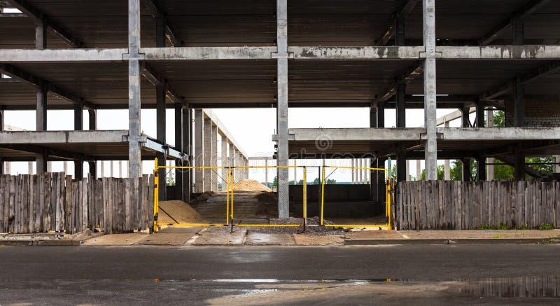 Конкретные рамки будущего здания в конструкции si стоковое изображение