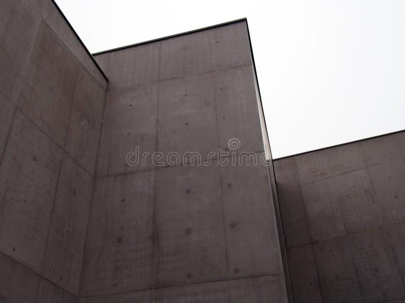 Конкретные углы с белым небом стоковое изображение