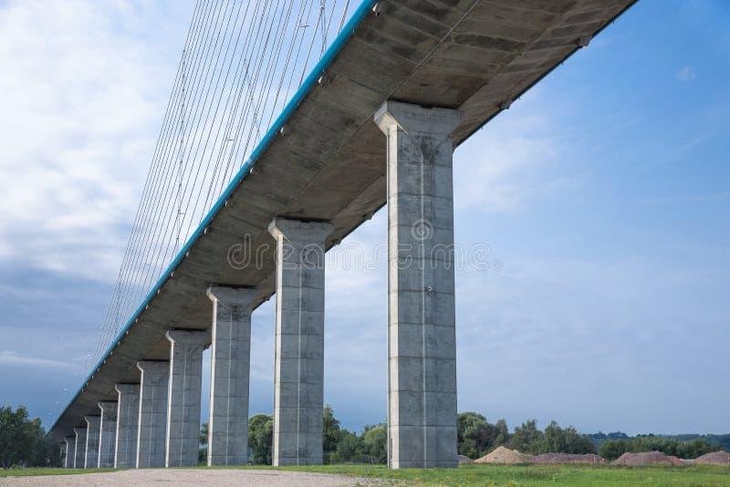 Конкретные штендеры Pont de Normandie над рекой Сеной, Францией стоковые фото