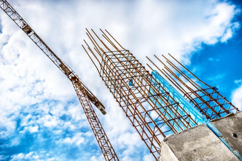 Конкретные штендеры на месте индустриального строительства Здание небоскреба с краном, инструментами и усиленными стальными прута стоковое изображение rf