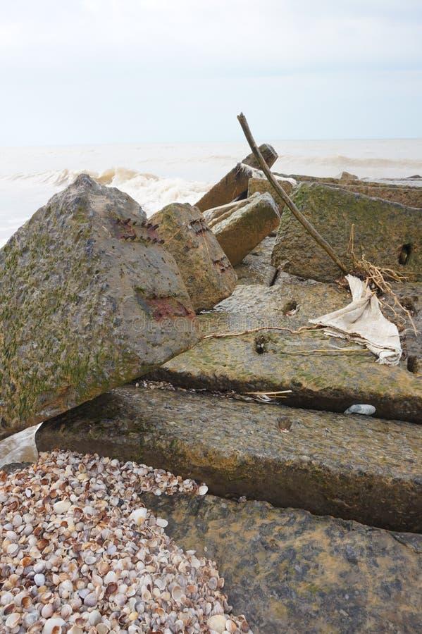 Конкретный волнорез около моря стоковое фото
