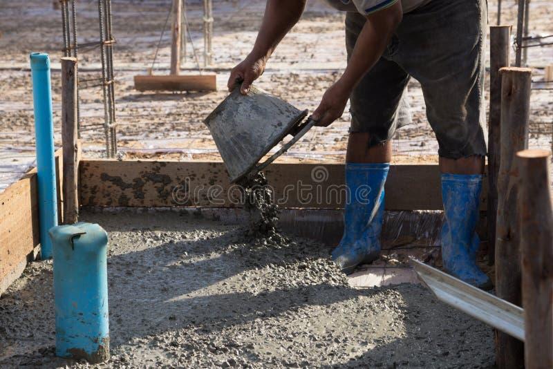 Конкретный лить во время коммерчески concreting полов здания стоковое изображение