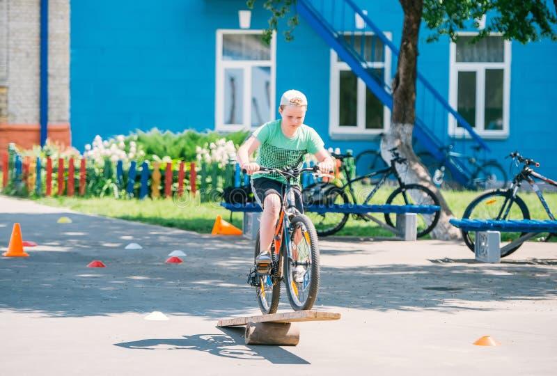 Конкуренции в управлять велосипедом к препонам стоковая фотография rf