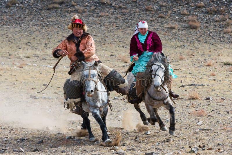 Конкуренция верховой езды во время фестиваля беркута стоковые изображения