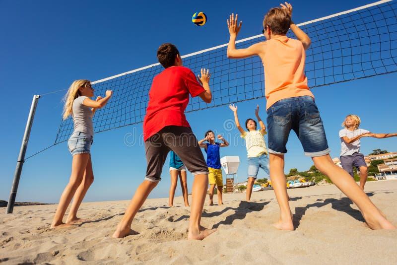 Конкуренция волейбола на пляже в лете стоковое фото