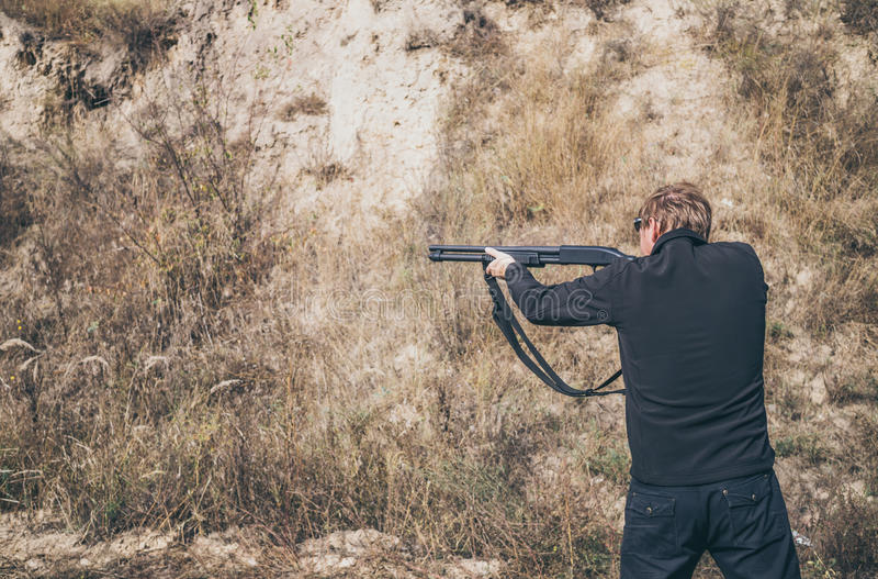 Конкуренция в тактической стрельбе стоковые изображения