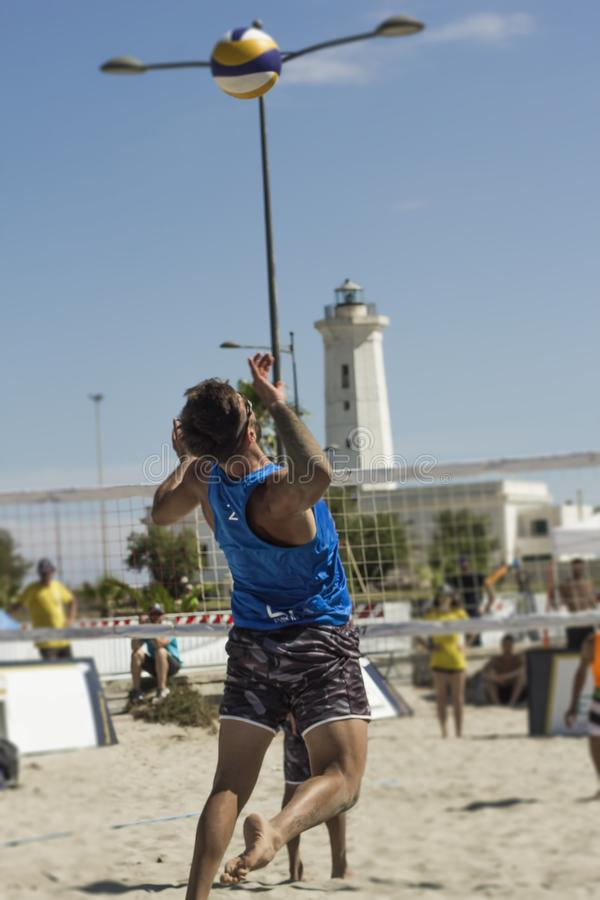 Конкуренция пляжного волейбола огромного успеха стоковое фото