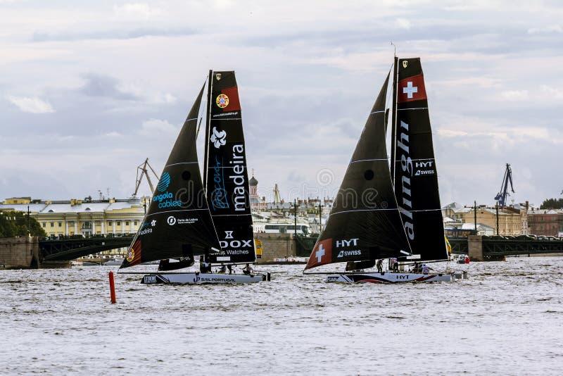 Конкуренция плавая весьма плавая серия в реке Neva внутри стоковая фотография