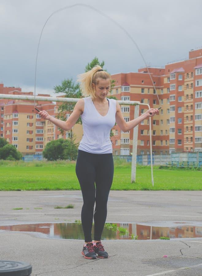 Конкуренция России Nikolskoe июля 2016 для веревочки девушки crossfit скача стоковые изображения rf