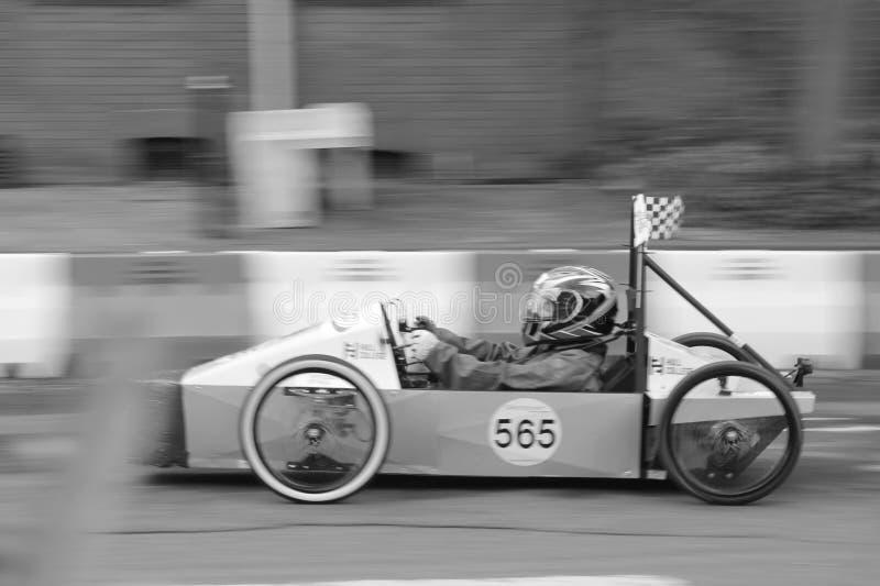 Конкуренция скоростной дороги скорости скоростной дороги моста автомобиля стоковая фотография