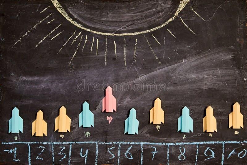 Конкуренция, соперничество, проблема или спор дела Концепция успеха и стратегии Бумажные ракеты летают к солнцу стоковые фотографии rf