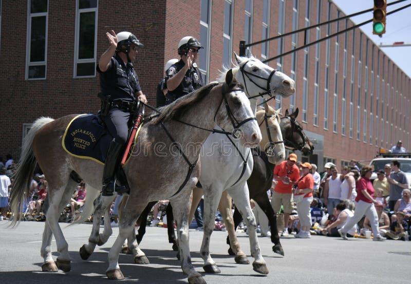 Конная полиция Индианаполиса приветствует вентиляторов гонки во время парада 500 фестивалей стоковые изображения