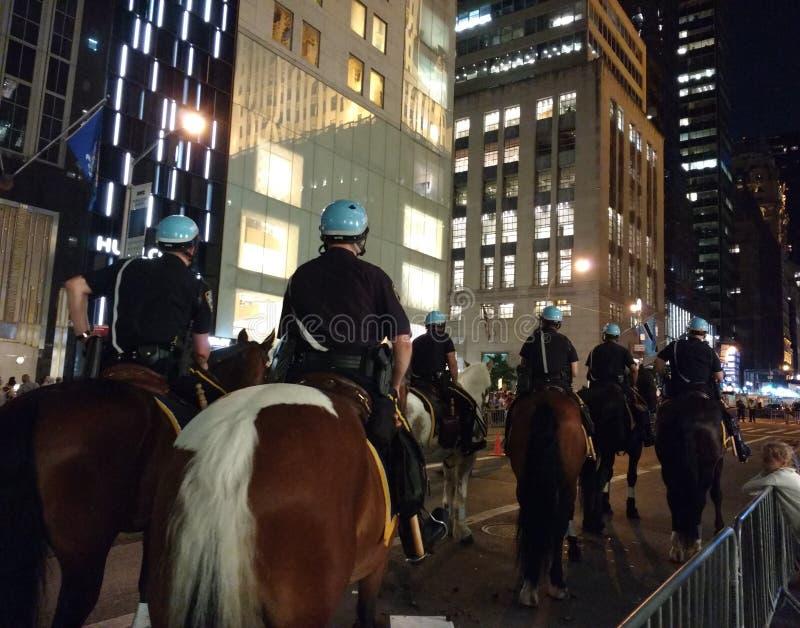 Конная полиция NYPD, политический митинг против Дональд Трамп, NYC, NY, США стоковое изображение rf
