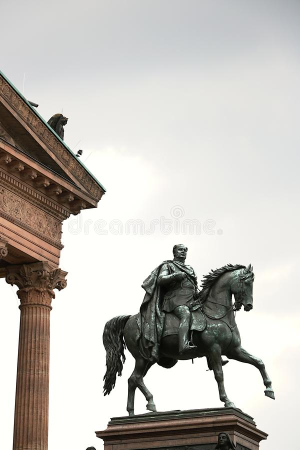 Конноспортивная скульптура перед стоковое фото rf