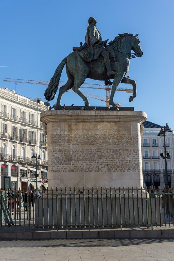 Конноспортивная статуя Карлоса III на Puerta del Sol в Мадриде, Испании стоковые фотографии rf