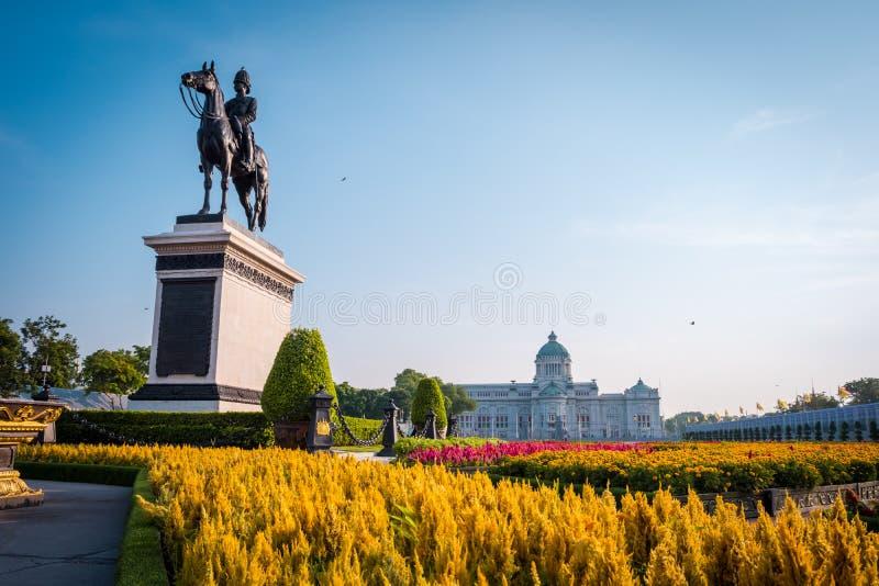 Конноспортивная статуя короля Chulalongkorn Rama v стоковые фото