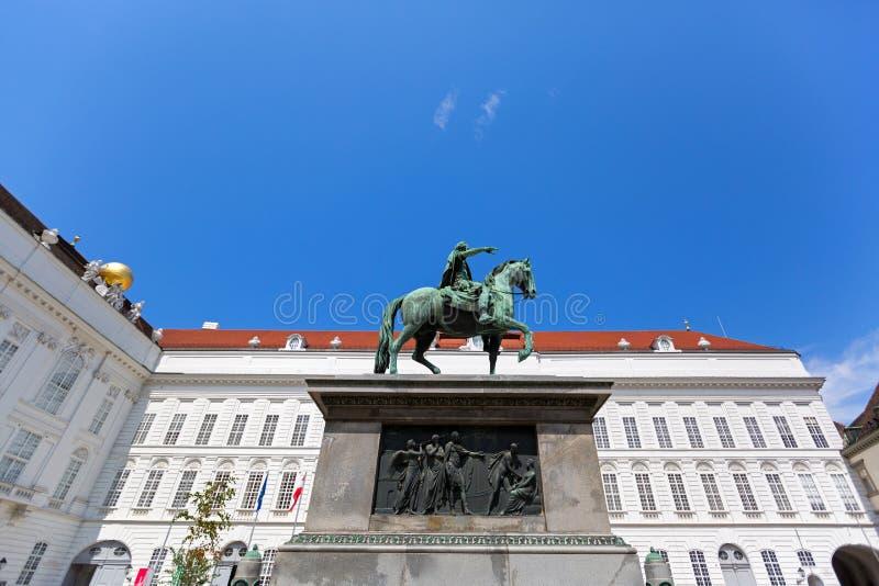 Конноспортивная статуя святого катания Иосиф II римского императора лошадь в квадрате Josefsplatz, дворце Hofburg в Вене, Австрии стоковые фотографии rf