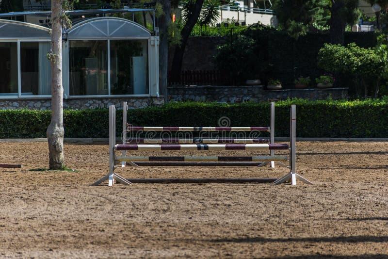Конноспортивный клуб с препонами и местностью гонки стоковое изображение rf