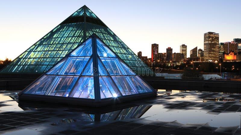 Консерватория Muttart в Эдмонтоне, Канаде после наступления темноты стоковое фото rf
