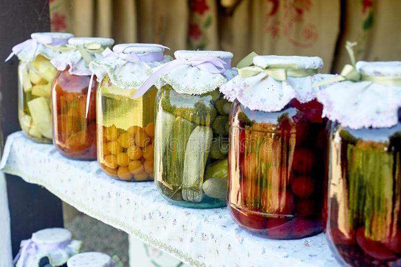 Консервация соля в больших опарниках Запасы на зима Консервация фруктов и овощей на зима Законсервированный стоковая фотография rf