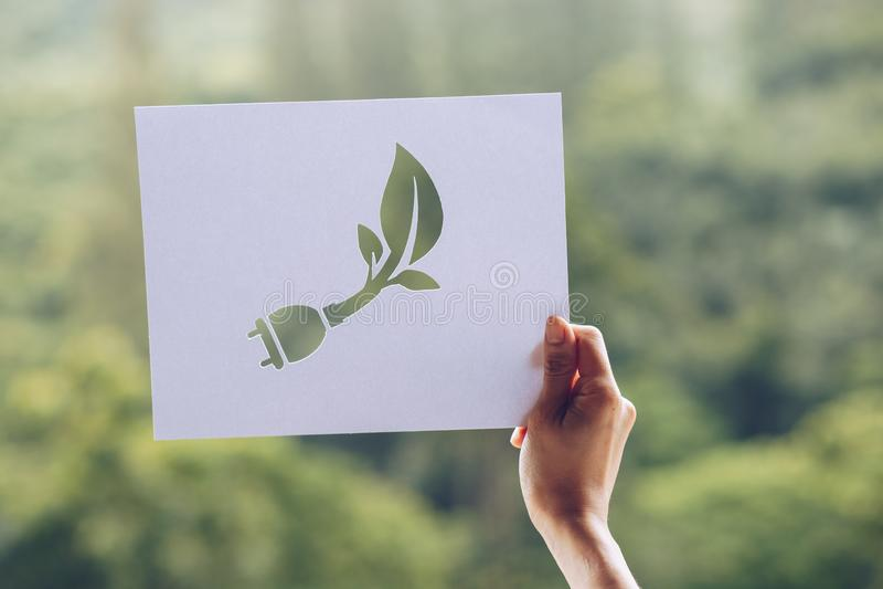 консервация спасительной концепции экологичности мира экологическая с руками держа для того чтобы отрезать вне показ штепсельной  стоковые фото
