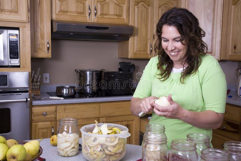 консервируя женщина плодоовощ вырезывания стоковая фотография rf