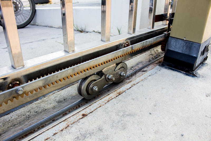 Консервооткрыватель строба сползать и колеса шестерни мотора стоковые изображения
