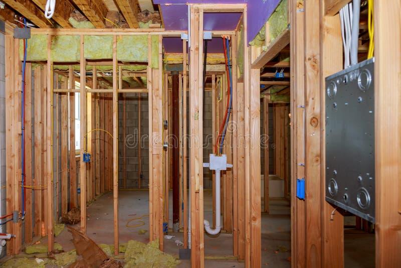 Конспект деревянного дома нового строительства обрамляя стоковое изображение