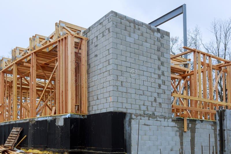 Конспект деревянного дома нового строительства обрамляя стоковые изображения rf