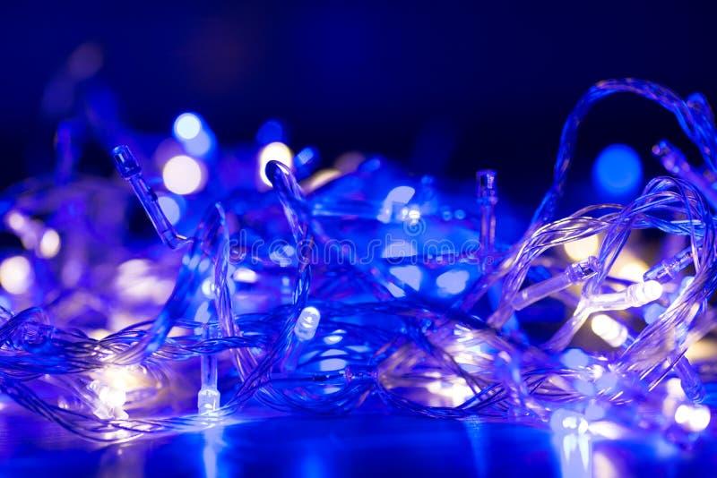 Конспект объезжает электрические лампочки гирлянды рождества влияния bokeh стоковая фотография