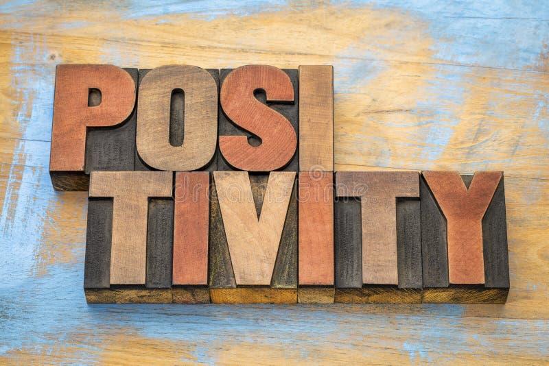 Конспект слова позитивности в деревянном типе стоковое изображение rf