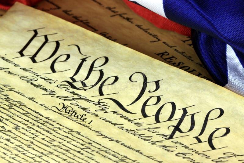Конституция США - мы люди с американским флагом стоковые фотографии rf
