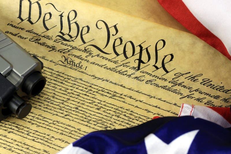 Конституция США с оружием руки стоковое фото