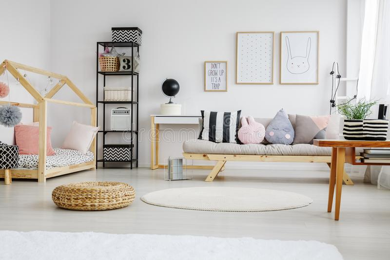 Конструированная кровать с розовыми подушками стоковое фото