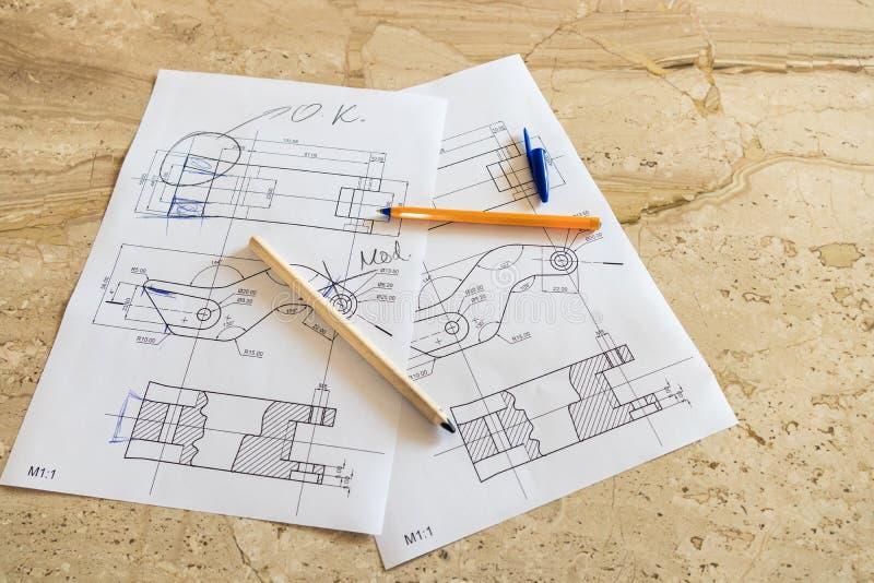 Конструировать механически проект частей на каменной таблице стоковая фотография