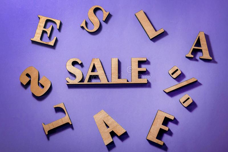 Конструируйте для продажи, dukewas золота деревянные на фиолетовой предпосылке бесплатная иллюстрация