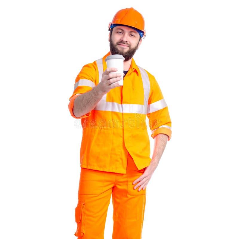 Конструктор дороги работника человека ослабляет, выпивает чашку кофе стоковое изображение