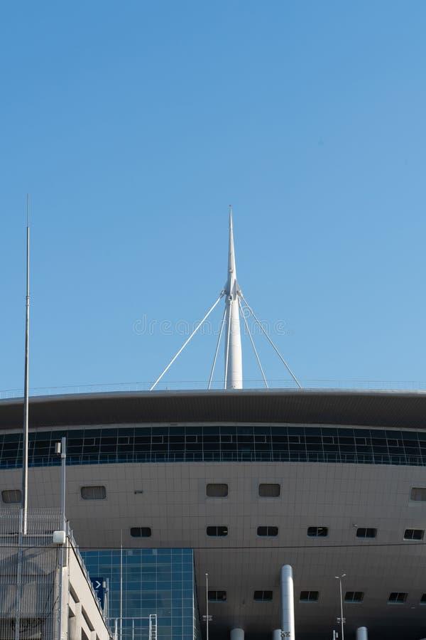 Конструкция белого металла на крыше стадиона против голубого неба стоковое фото