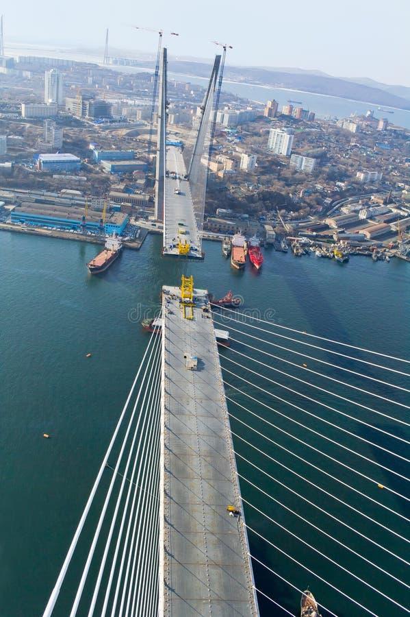 Конструкция большого guyed моста в русском Владивостоке стоковое изображение