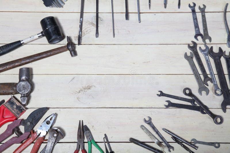 Конструкция бьет плоскогубцы молотком инструмента ремонта отвертки на досках стоковая фотография rf