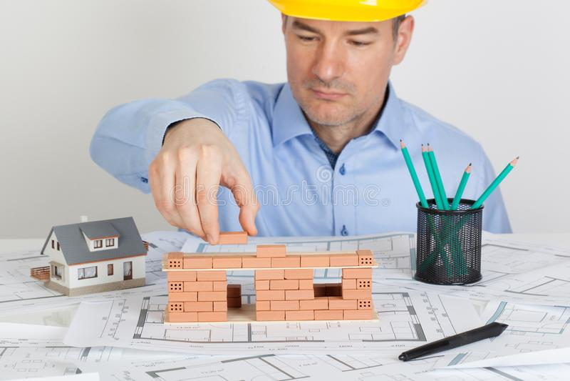 Конструкция дома модели здания архитектора с кирпичом стоковое фото rf