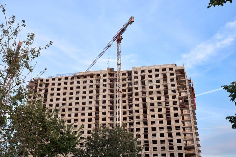 Конструкция жилых домов новых районов процесс построения жилого дома  стоковое фото rf