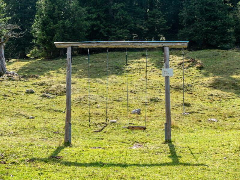 Конструкция 2 качаний в ландшафте стоковые фото