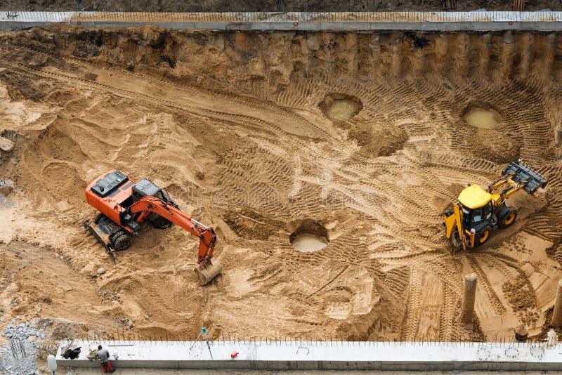 Конструкция конкретного учреждения нового здания Строительная техника, экскаваторы, взгляд сверху стоковое фото rf