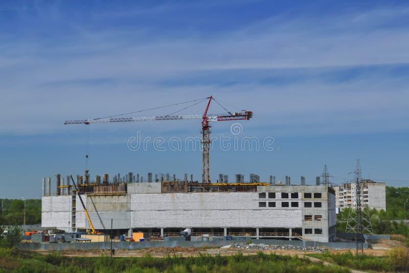 Конструкция кранов торгового центра на предпосылке голубого неба стоковое изображение rf