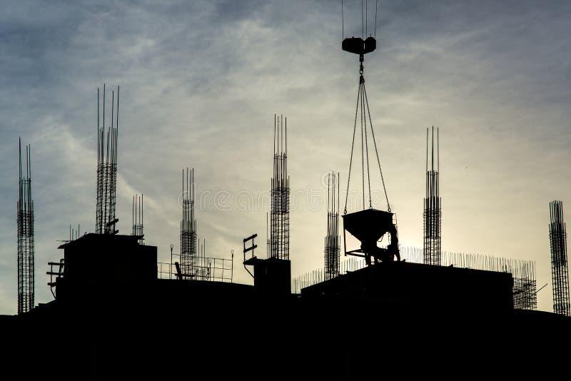 Конструкция многоэтажного здания на заходе солнца стоковая фотография rf